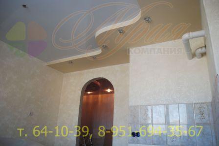 Цветной натяжной потолок в 2-х уровнях на кухне