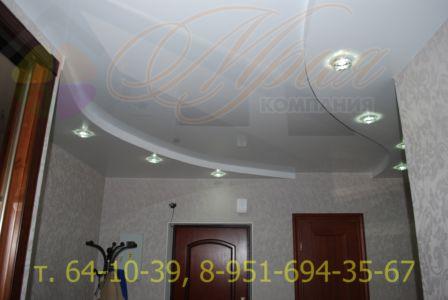 матовый и глянцевый потолок в двух уровнях в прихожей