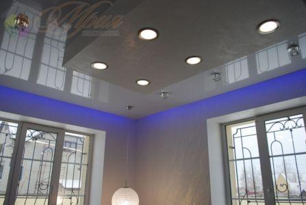 Глянцевый натяжной потолок со светодиодной подсветкой