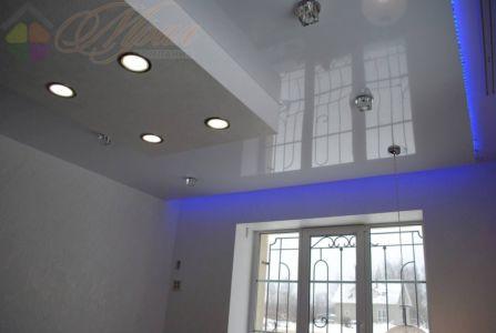 Глянцевый натяжной потолок со светодиодной подсветкой в Шкадовке