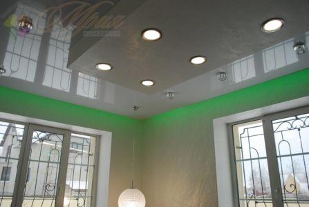 Глянцевый натяжной потолок с подсветкой