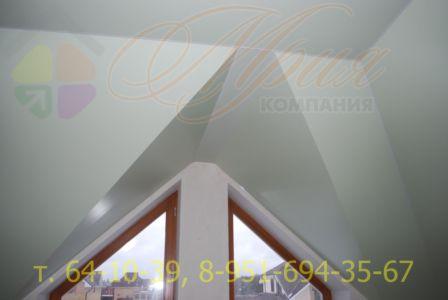 Цветной натяжной потолок на мансарде