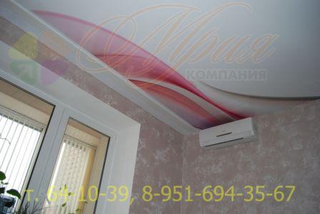 Глянцевый натяжной потолок с фотопечатью в спальне