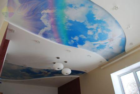 Сатиновый натяжной потолок с фотопечатью в зале